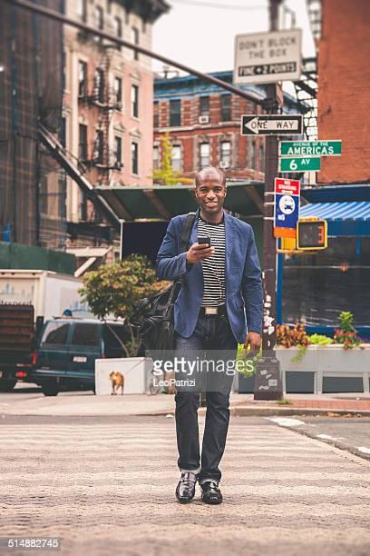 Adulto joven commuter van a trabajar en las calles de la ciudad