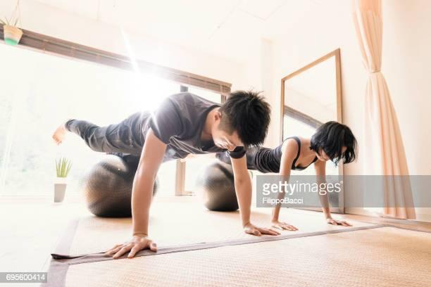 若い大人のカップル一緒にジムで運動 - 練習 ストックフォトと画像
