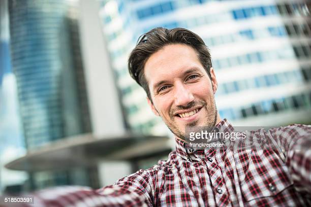 Jovem Adulto Empresário dando um selfie na Cidade