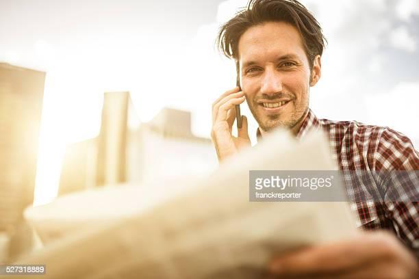 Junge Unternehmer auf dem Telefon