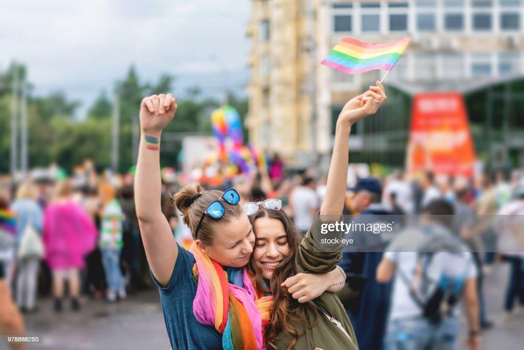 プライド パレードで若い成人女性のカップル : ストックフォト