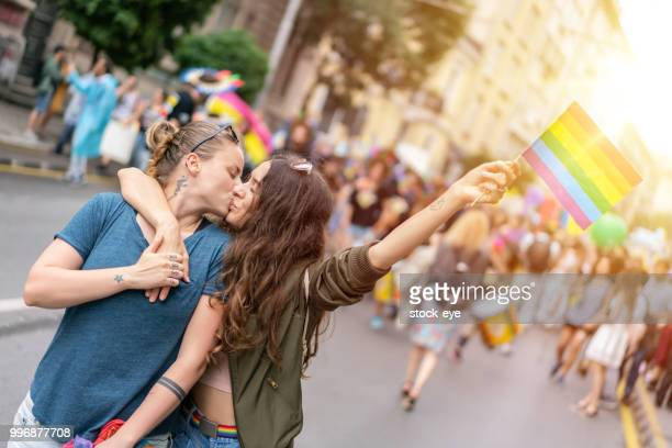 Junge Erwachsene weibliche paar am Pride-parade