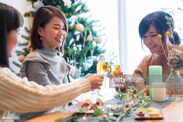 一緒にクリスマスを祝っている若い大人の女性の友人