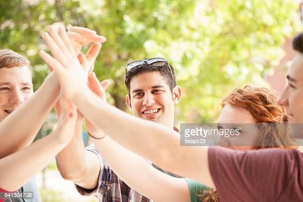 Jeune adulte amis à traîner dans la ville, le centre-ville.