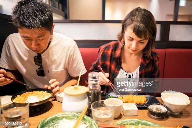jeunes adultes dans la ville - yōshoku photos et images de collection