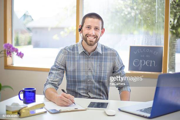 若い男性小規模ビジネスオーナーに合わせて、ヘッドセット