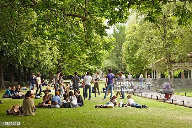 jovem adulto turistas em st stephen's green, dublin - dublin república da irlanda - fotografias e filmes do acervo
