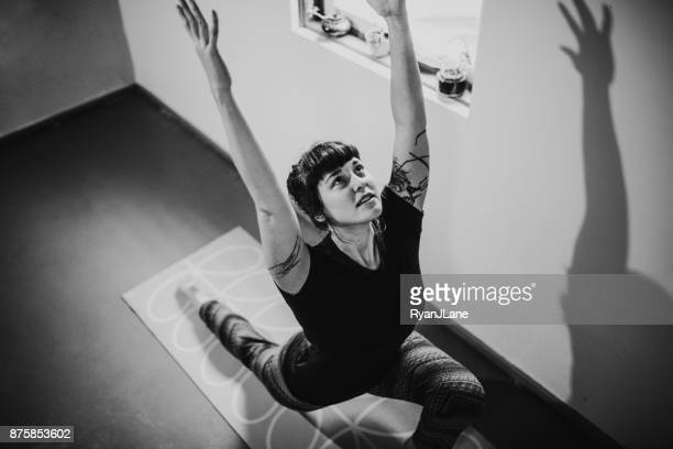 Junge Frau zu Hause praktizieren Yoga