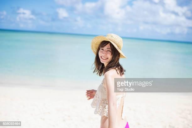 Adulto joven disfrutando de playa claro en guam