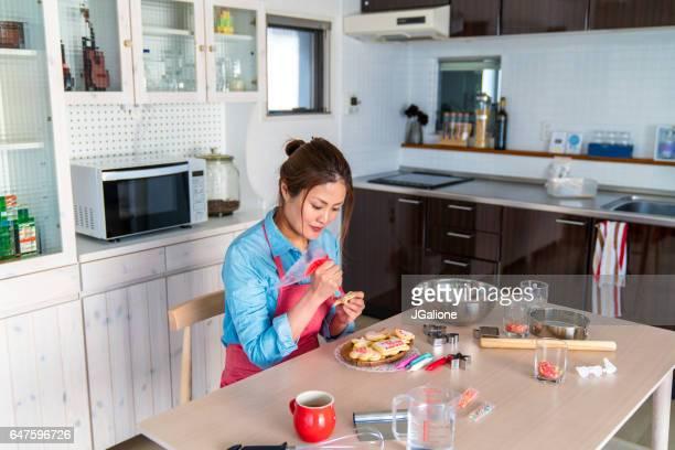 家でクッキーを作る若い成人女性