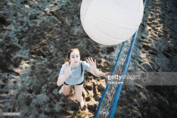 屋外バレーボール若い成人女性 - サーブを打つ ストックフォトと画像