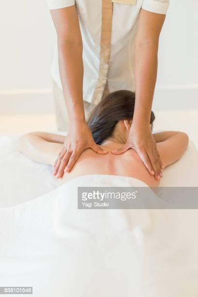 リラックスマッサージ中の大人の女性ナカオトナジョセイ