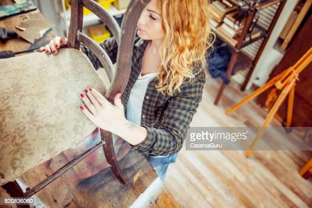 Jonge volwassen vrouw herstel van een Vintage stoel