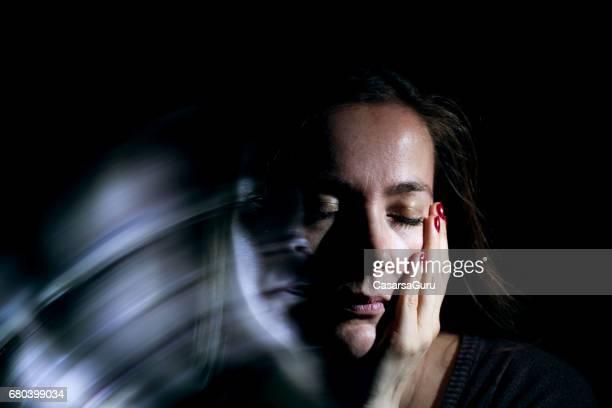 Adulto joven bajo estrés emocional