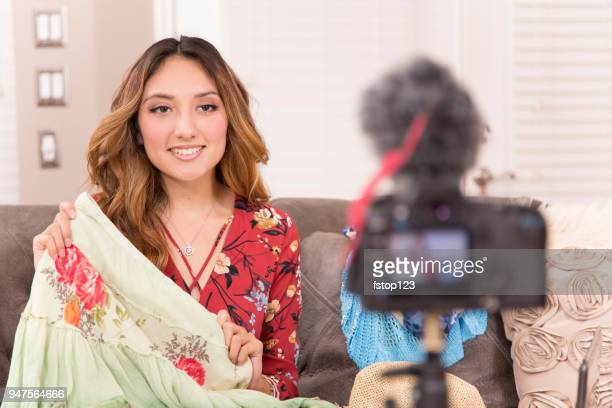 jonge volwassen vrouw vlogging over mode. - modecollectie stockfoto's en -beelden