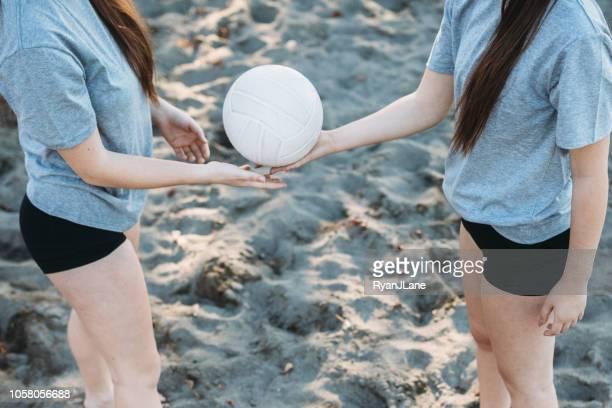 junge erwachsene frauen outdoor volleyball spielen - ball passen stock-fotos und bilder