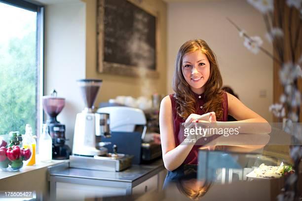 Jeune adulte travaillant dans le café