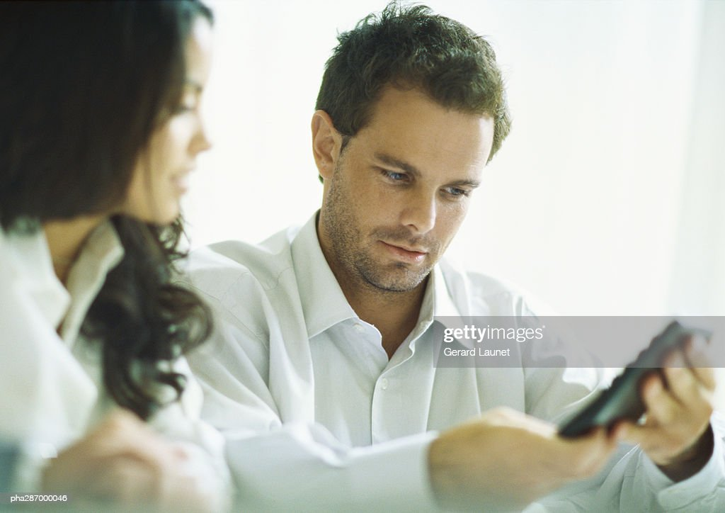 Young adults calculating : Stockfoto