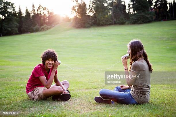 Junge Erwachsene Kommunikation mit einem Dosentelefon