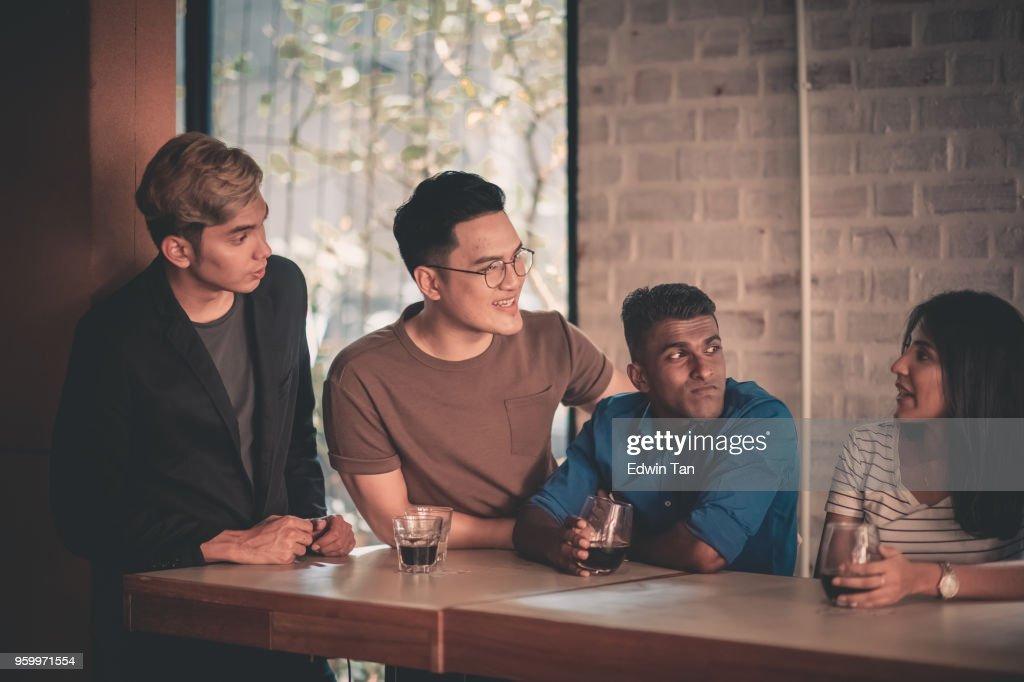 junge Erwachsene Freunde sammeln im café : Stock-Foto