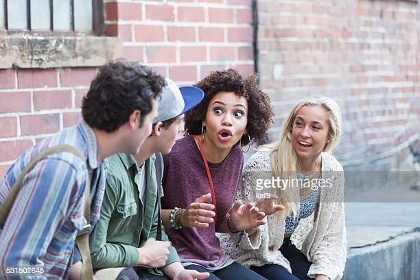 jovens adultos se divertindo falando - narração de histórias - fotografias e filmes do acervo