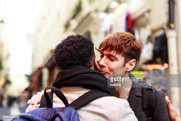 Jeunes adultes embrassant dans la rue de Paris