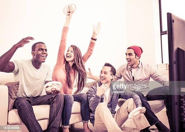 Adultos jóvenes jugando videojuegos