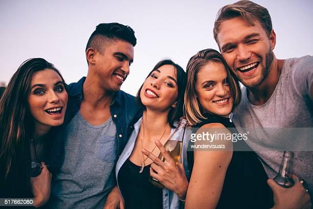 Jeunes adultes de prendre un selfie en plein air