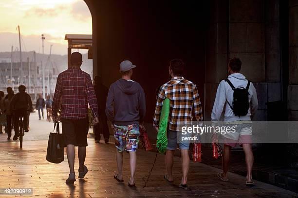 Adultos jóvenes a cerca de Gijón harbor.