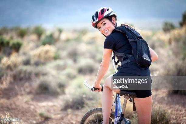Junge Frau auf dem Mountainbike-Abenteuer