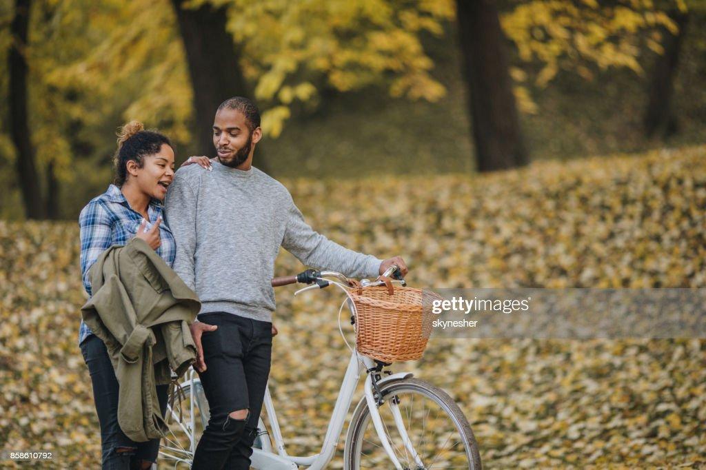 Young African American Paar ein Spaziergang durch den herbstlichen Park und Kommunikation. : Stock-Foto
