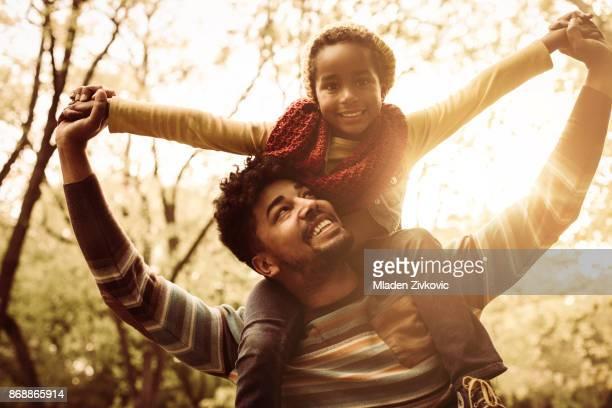 jovem afro-americano pai com filha no parque. - parque natural - fotografias e filmes do acervo