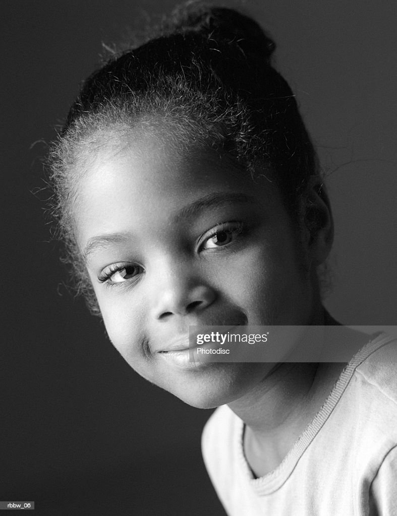 A young african american girl grins : Stockfoto