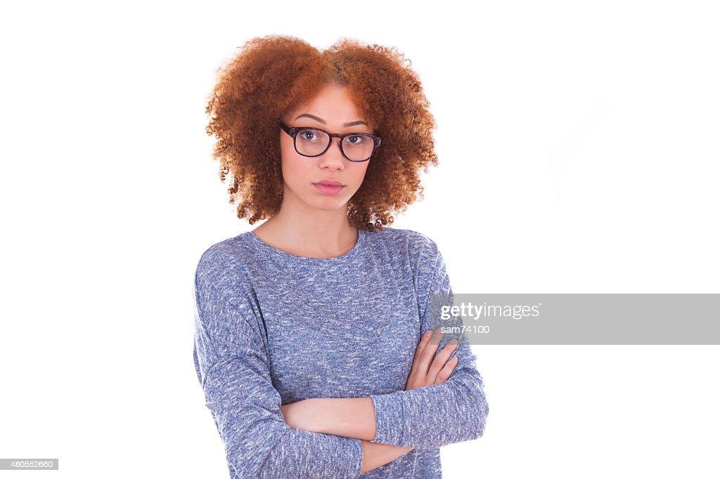 Joven adolescente afroamericana con doblado brazos, aislado o : Foto de stock