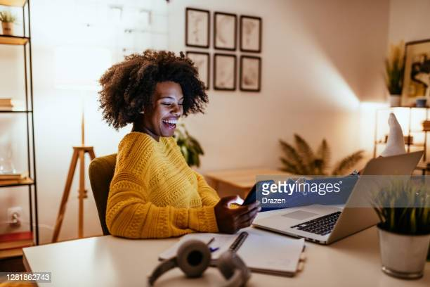 jonge afrikaanse amerikaanse vrouw die online datingapps gebruikt om perfecte gelijke te vinden - friendly match stockfoto's en -beelden