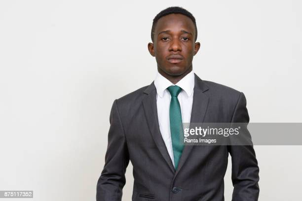 Jeune entrepreneur africain portant costume sur fond blanc