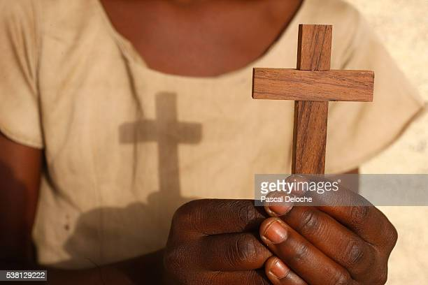 young african christian holding a cross - native african girls stock pictures, royalty-free photos & images
