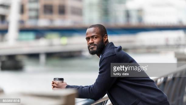 jovem empreendedor africano em londres - imigrante - fotografias e filmes do acervo