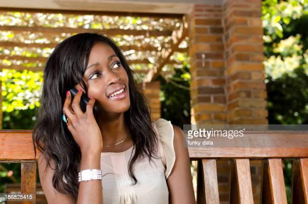 Jeune fille africaine sur le téléphone