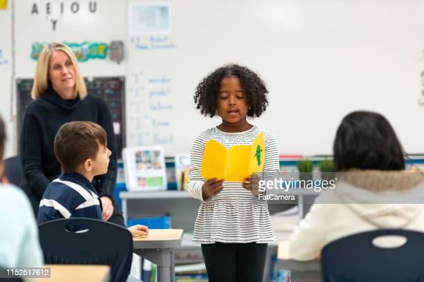 彼女のクラスに提示する若いアフリカの少女 - あがり症 ストックフォトと画像