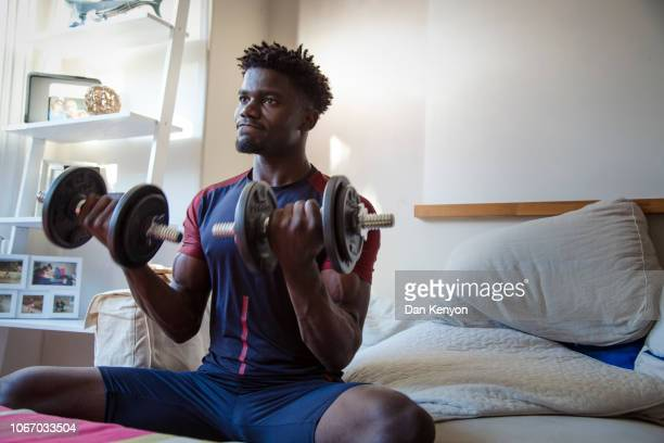 young african man - on the move - fotografias e filmes do acervo