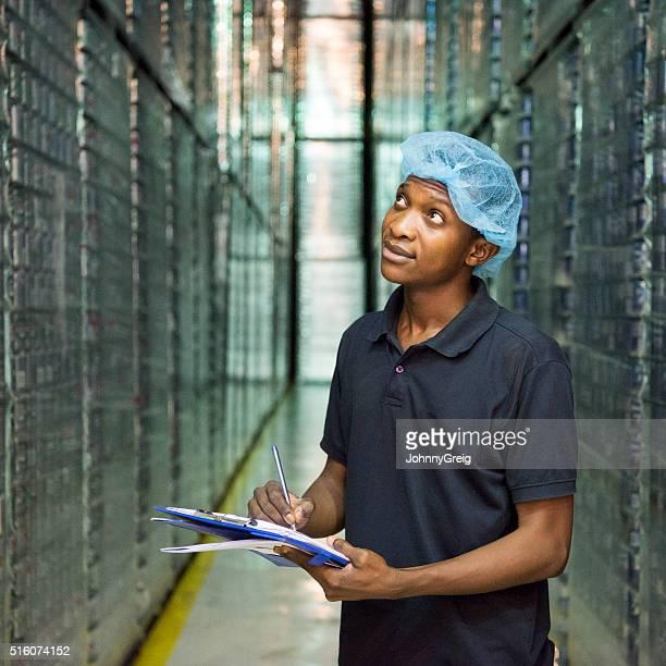 Junge afrikanische Mann tragen Haarnetz Arbeiten in aus Aluminium Pflanze
