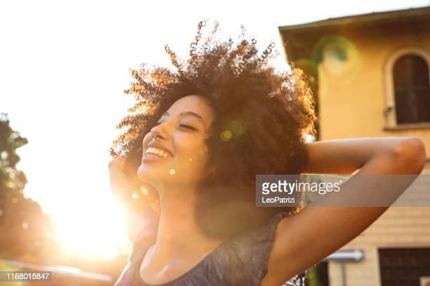 若いアフリカのティーンエイジャーは、街の通りで踊ります - コイリーヘア ストックフォトと画像