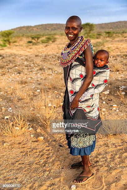 young african woman carrying her baby, kenya, east africa - african tribal culture stock pictures, royalty-free photos & images