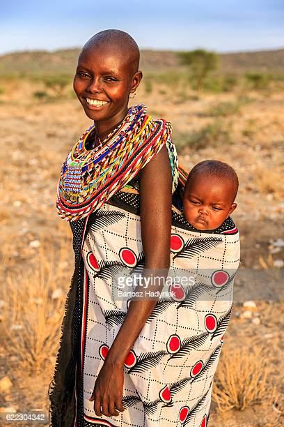 jeune femme africaine portant son bébé, kenya, afrique de l'est - masai photos et images de collection
