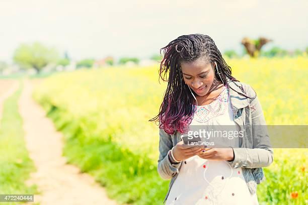 Jeune femme africaine contrôle des messages