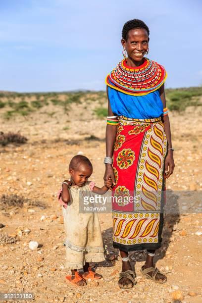 若いアフリカ人女性ウォーキング、自分の赤ちゃん、ケニア、東アフリカ