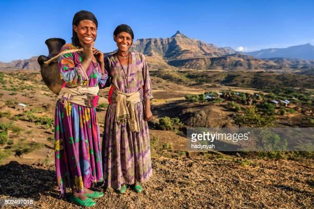 Junge afrikanische Frauen Carring Wasser für ihr Haus, Äthiopien, Afrika
