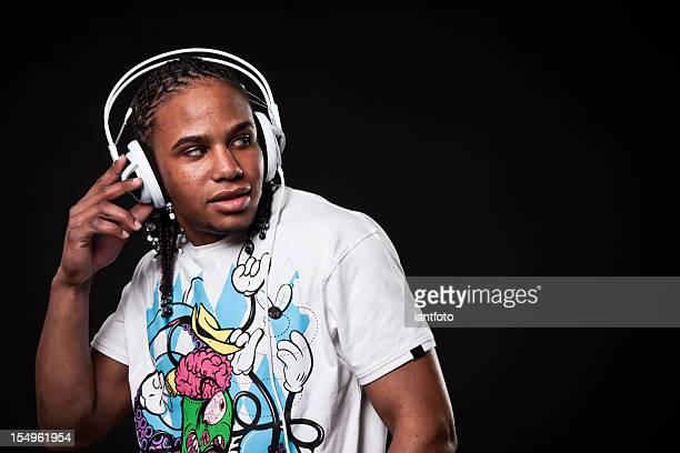 Jeune afro-américaine homme écoute de la musique