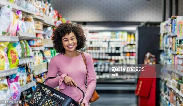 compra nova da mulher do african-american no supermercado - afro americano - fotografias e filmes do acervo